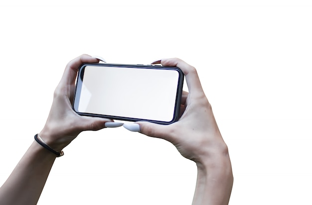 Frauenhand, die das schwarze modell-smartphone mit isoliertem bildschirm und schönen nägeln hält.