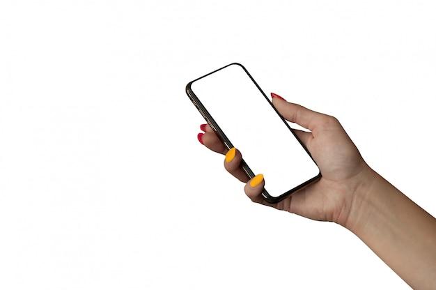Frauenhand, die das schwarze smartphone mit lokalisiertem bildschirm und schönen nägeln hält.