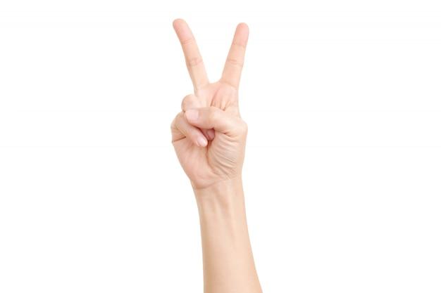 Frauenhand, die das zeichen des sieges und des friedens nahaufnahme zeigt.