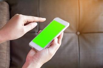 Frauenhand, die den Smartphone hält