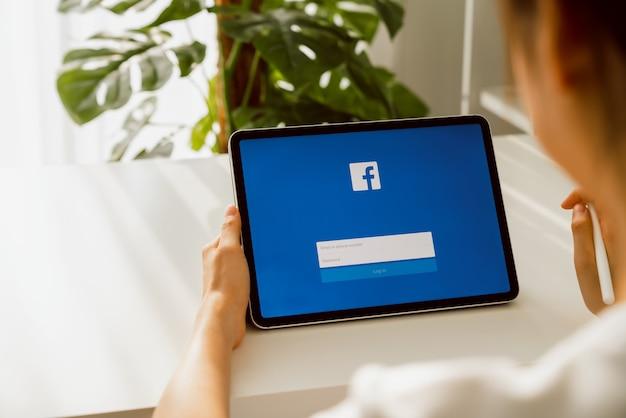 Frauenhand, die digitales tablett hält