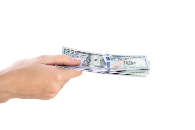 Frauenhand, die dollarbanknote auf weiß hält