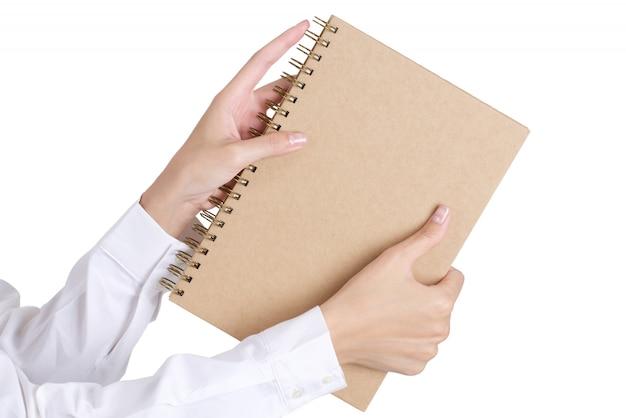 Frauenhand, die ein buch getrennt auf weiß anhält