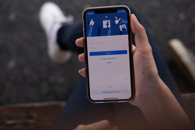 Frauenhand, die ein telefon mit social networking-service hält