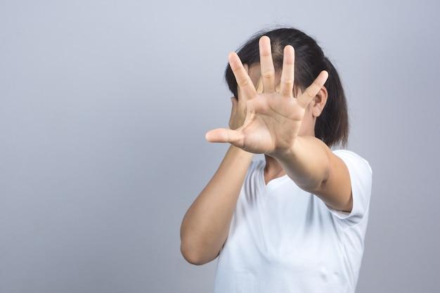 Frauenhand, die eine endgeste tut