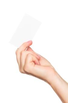 Frauenhand, die eine visitenkarte lokalisiert auf einer weißen tabelle zeigt