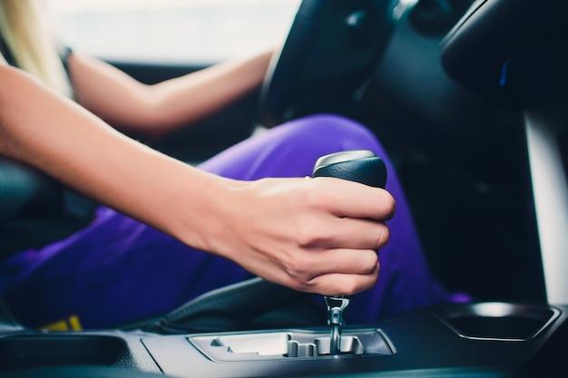 Frauenhand, die einen gang während des fahrens hält. wie ein mitglied.