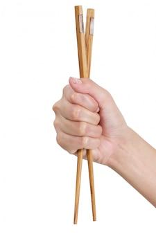 Frauenhand, die essstäbchen lokalisiert auf weiß hält