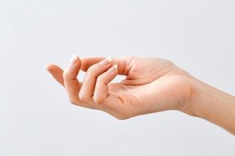 Frauenhand, die etwas hält oder zeigt