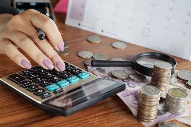Frauenhand, die geld berechnet