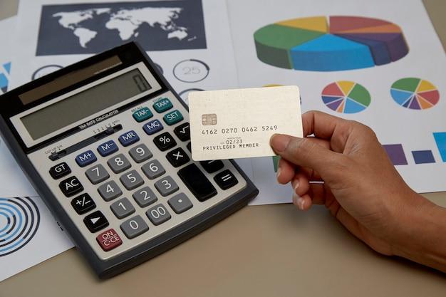 Frauenhand, die kreditkarte hält