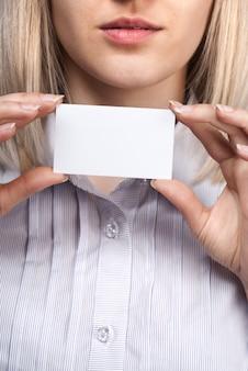 Frauenhand, die leere visitenkarte hält