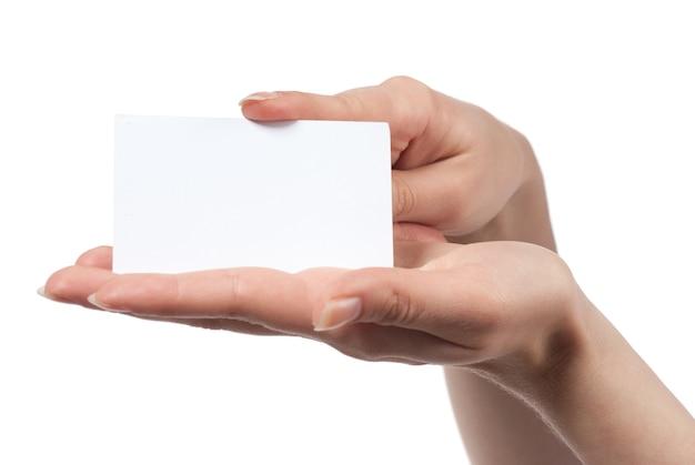 Frauenhand, die leere visitenkarte lokalisiert auf weiß hält