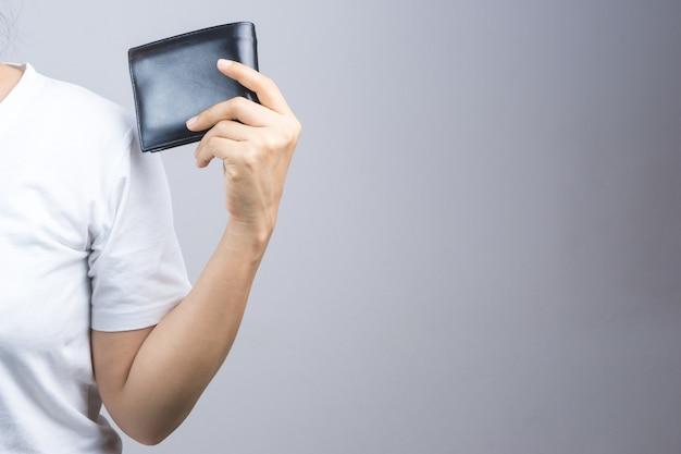 Frauenhand, die manngeldbörse hält