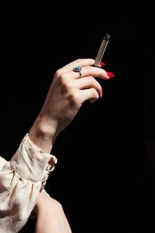 Frauenhand, die marihuana thc cbd gelenk hält