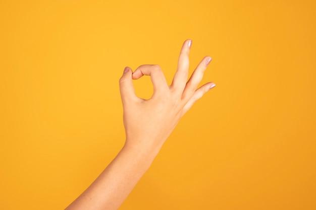 Frauenhand, die ok geste macht