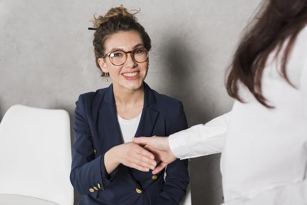 Frauenhand, die personalperson schüttelt