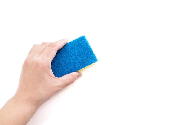 Frauenhand, die reinigungsschwamm lokalisiert auf weißem hintergrund hält. speicherplatz kopieren. platz für ihren text.