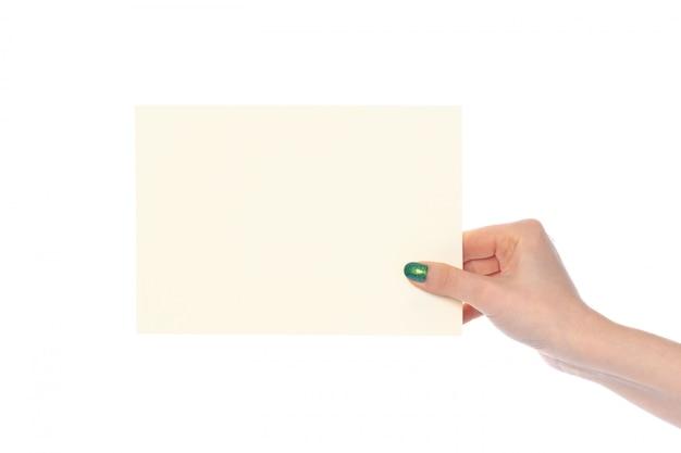 Frauenhand, die weißes papierfahne lokalisiert auf weiß zeigt