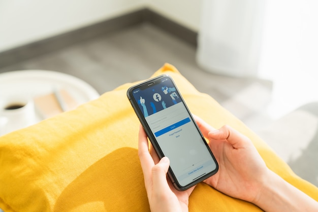 Frauenhand drückt auf den bildschirm am telefon