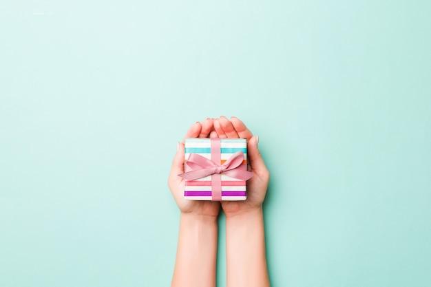 Frauenhand geben valentinsgrußgeschenkbox, draufsicht