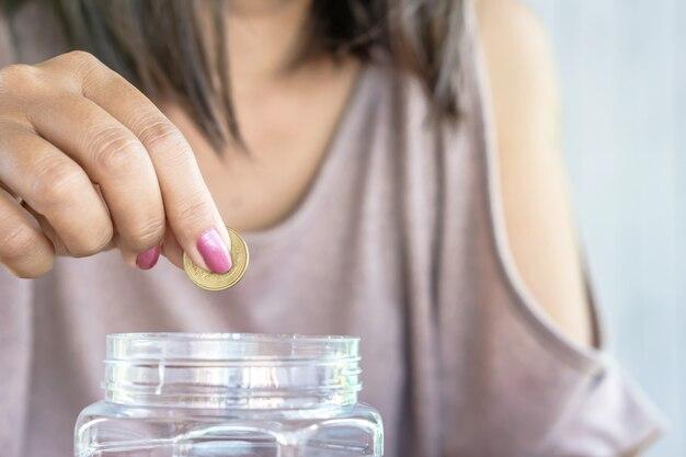 Frauenhand geld sparen