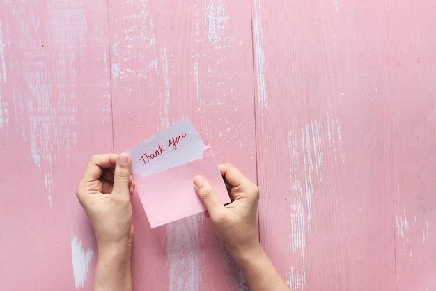 Frauenhand hält dankesbrief, von oben nach unten