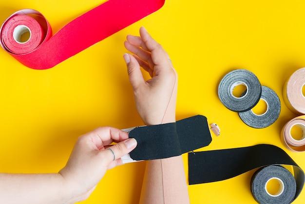 Frauenhand mit anwendung von farbigen bändern