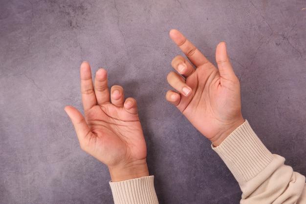 Frauenhand mit offenen handflächen auf betonoberfläche