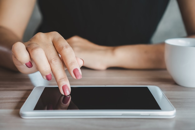 Frauenhand mit tablet, das mit dem internet verbindet