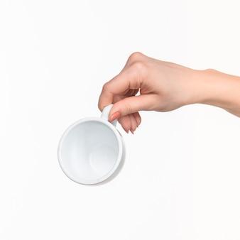 Frauenhand mit tasse auf weiß