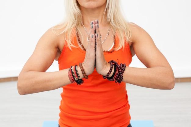 Frauenhand mit verbundenen handflächen in namaste
