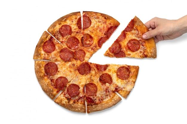 Frauenhand nimmt ein stück pepperoni-pizza auf dem weißen hintergrund lokalisiert.