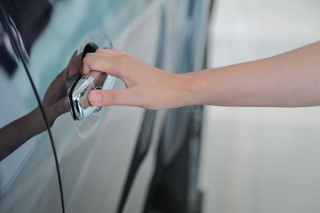 Frauenhand öffnen die neue autotür
