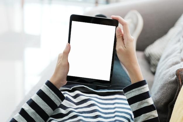 Frauenhand unter verwendung der tablette mit hintergrund des leeren bildschirms für spott oben, schablone, technologie und lebensstilkonzept