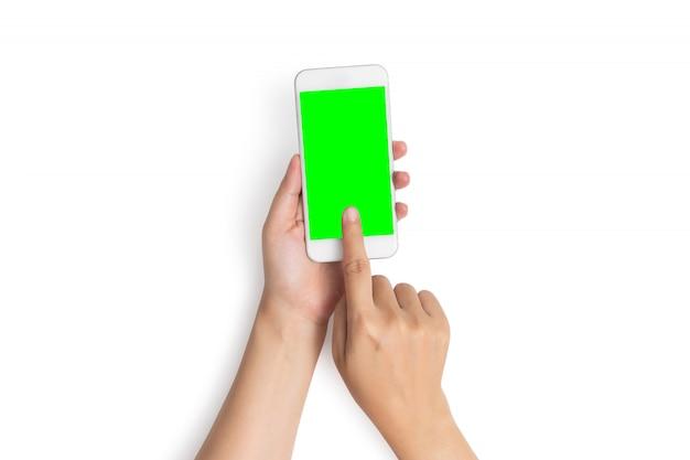 Frauenhandgebrauchs-fingernote auf handyknopf mit leerem grünem schirm von der draufsicht