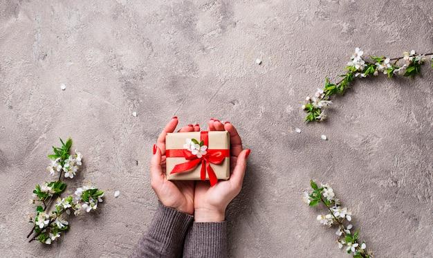 Frauenhandgriff-geschenkkästen.