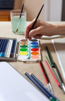 Frauenhandmalerei mit aquarellen