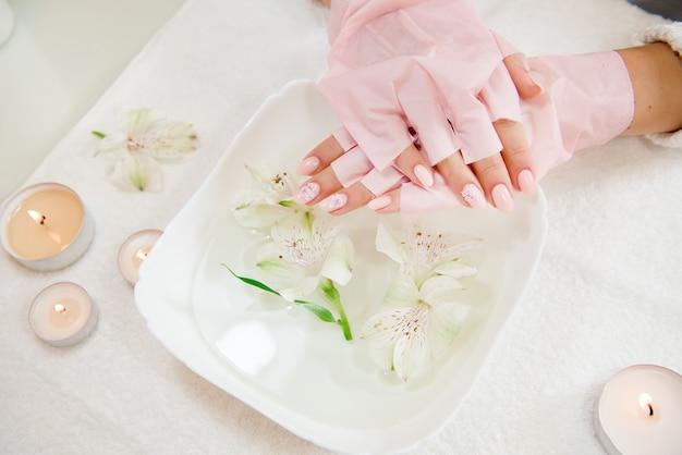 Frauenhandpflege. hände und spa entspannen. schönheit frau nägel.