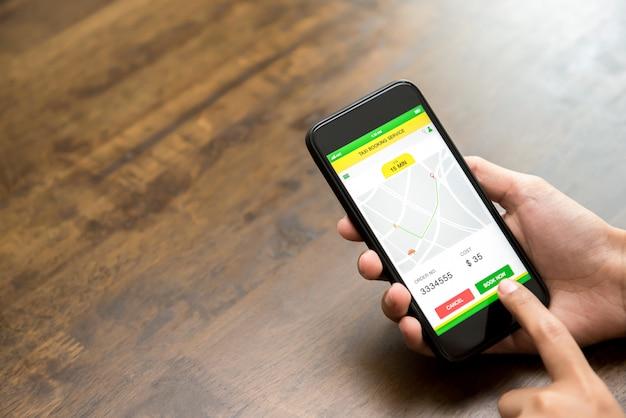 Frauenhandrührender smartphoneschirm, der buchungstaxi online über anwendung bestätigt