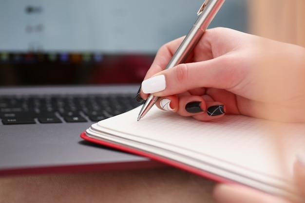 Frauenhandschrift auf einem notizbuch