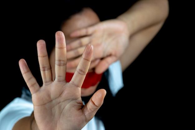 Frauenhandzeichen für den halt, der gewalttätigkeit missbraucht