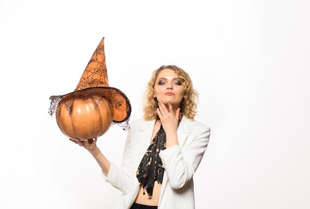 Frauenhexe mit kürbis glückliche halloween-emotionale frau im hexenhalloween-kostüm mit steckfassung o