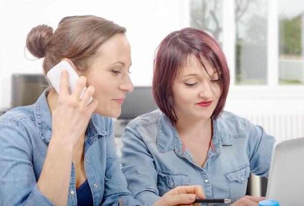 Frauenhochschule, die am laptop arbeitet