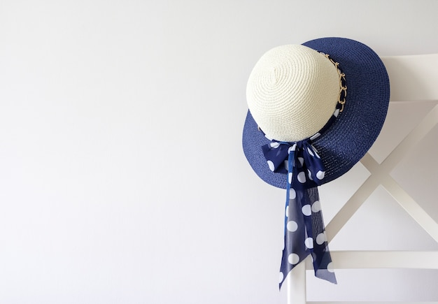 Frauenhut, der am stuhl hängt