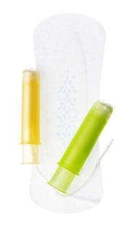 Frauenhygienepads und tampons lokalisiert auf weißem hintergrund