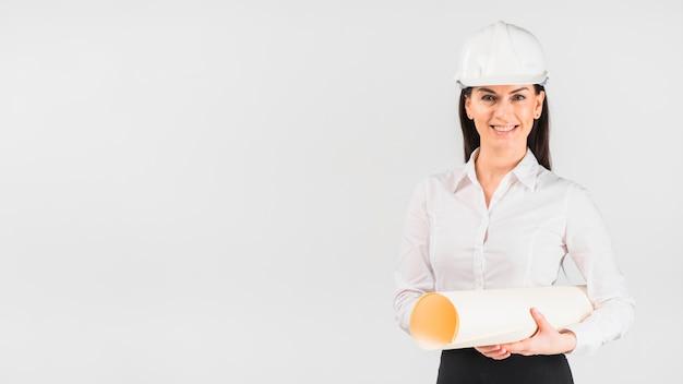 Fraueningenieur im sturzhelm mit whatman-papier