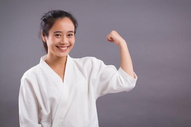 Frauenkämpferporträt; asiatische frau, die kampfkunst praktiziert, gemischte kampfkunst