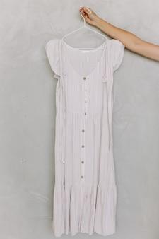 Frauenkleid auf einem kleiderbügel