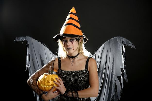 Frauenkleid für halloween und kürbis, dunkler engel